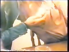 Video Porno de una mujer en la cama y su perro comiendole el coño